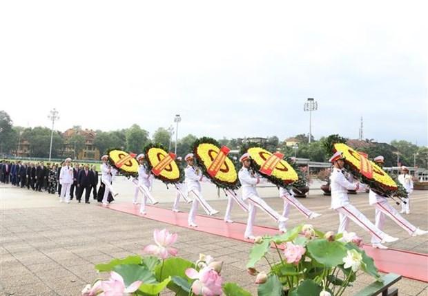 胡志明主席诞辰130周年:党和国家领导拜谒胡志明主席陵 hinh anh 2