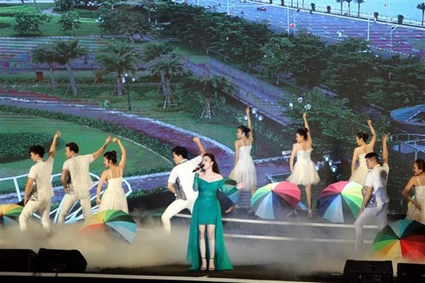广宁省举行刺激旅游的下龙迎夏天艺术活动 hinh anh 1