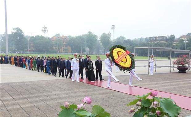 胡志明主席诞辰130周年:国会代表在出席第九次会议前夕拜谒胡志明主席陵 hinh anh 1