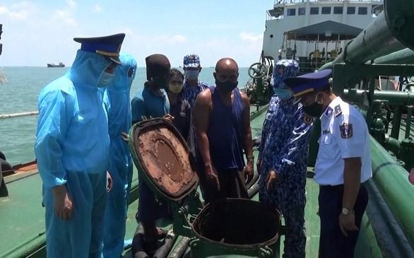越南海警第三区司令部破获一起外籍船只非法运输170万升柴油案件 hinh anh 2