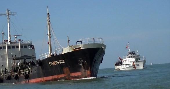 越南海警第三区司令部破获一起外籍船只非法运输170万升柴油案件 hinh anh 1