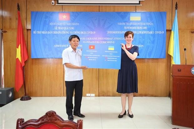 越南向乌克兰人民赠予口罩和现金 用于抗击新冠肺炎疫情 hinh anh 1
