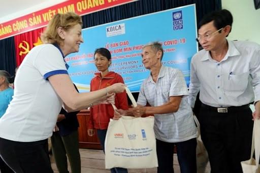 广平和平定两省地雷受害者获得应对新冠肺炎疫情的援助 hinh anh 1