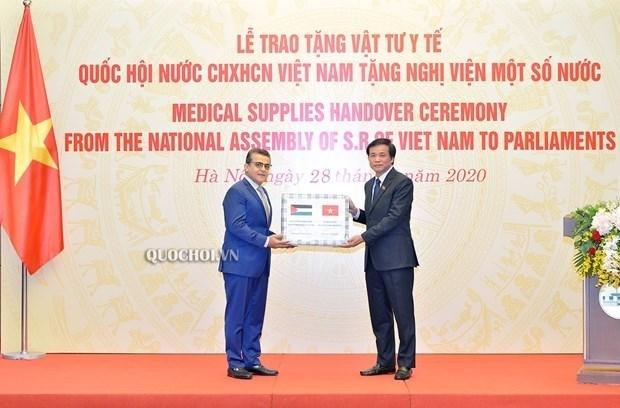 越南国会向非洲和中东国家议会赠送医疗物资 hinh anh 1
