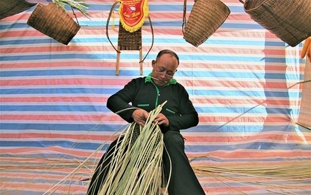 着力保护赫蒙族同胞的传统竹编 hinh anh 1
