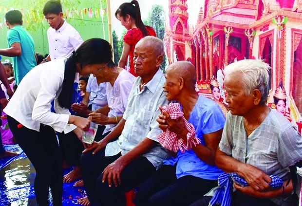 南部地区高棉族人给祖父母沐浴风俗 hinh anh 1