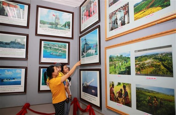 """广治省举行""""黄沙、长沙归属越南—历史证据和法律依据""""流动展览 hinh anh 1"""