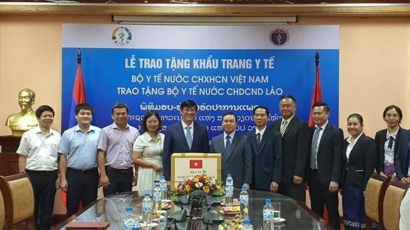 越南卫生部向老挝卫生部赠送20万只口罩 hinh anh 1