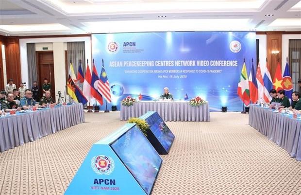 2020东盟轮值主席国:东盟维和中心网络视频会议在河内举行 hinh anh 2
