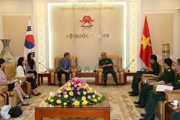 越南国防部副部长阮志咏上将会见韩国国际合作机构驻越南办事处首席代表 hinh anh 1