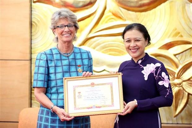 """越南向西班牙驻越南大使授予""""致力于各民族的和平友谊""""纪念章 hinh anh 1"""