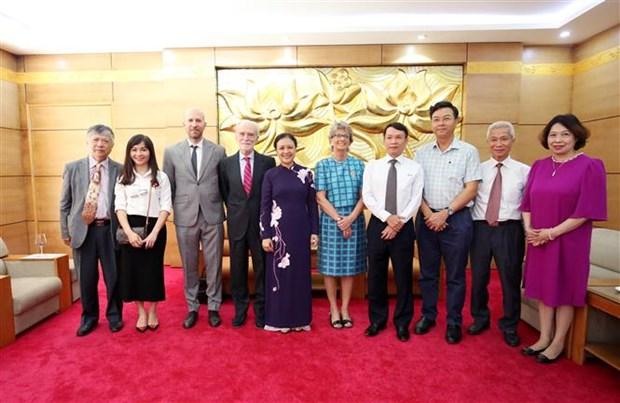 """越南向西班牙驻越南大使授予""""致力于各民族的和平友谊""""纪念章 hinh anh 2"""