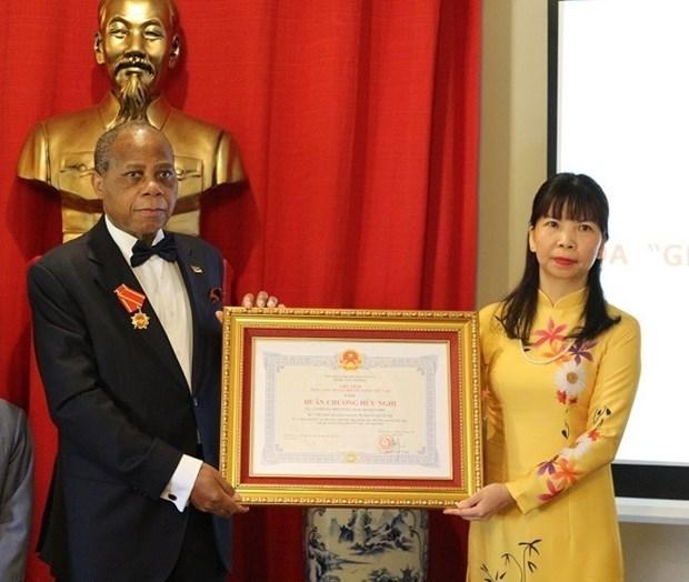 越南向原莫桑比克驻越大使授予友谊勋章 hinh anh 1