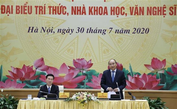 政府总理阮春福:为知识分子、科学家和文艺工作者发挥才华和智慧创造一切便利条件 hinh anh 2