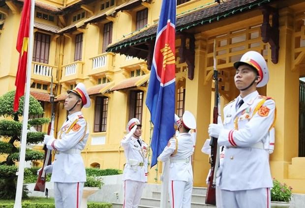 越南外交部举行东盟会旗升旗仪式 庆祝东盟成立53周年 hinh anh 1