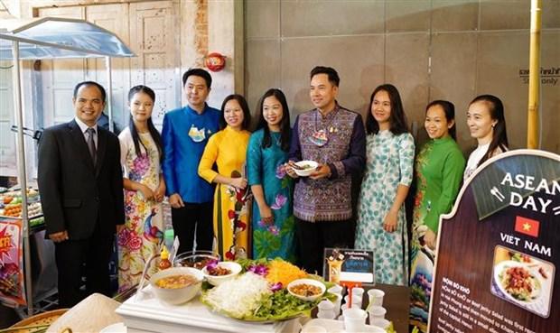 东盟各国美食推介活动是泰国居民品尝东盟各国特色美食的良好机会 hinh anh 1