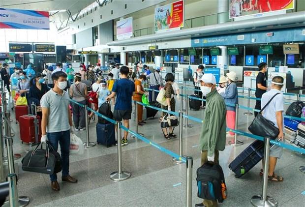 新冠肺炎疫情:越航安排首个航班将被困在岘港市的207名游客送回河内 hinh anh 1