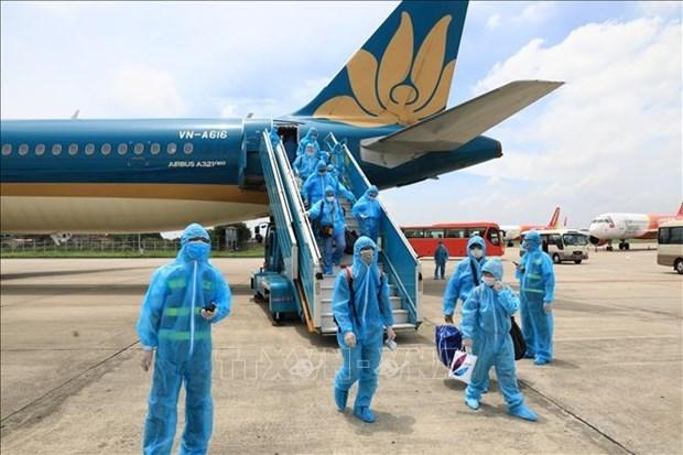 首两趟航班将滞留在岘港的乘客运送回河内 hinh anh 1