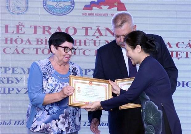 """越南向俄罗斯驻胡志明市总领事等官员授予""""致力于各民族的和平友谊""""纪念章 hinh anh 2"""