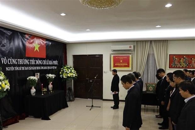 越南驻马来西亚和日本大使馆隆重举行原总书记黎可漂吊唁仪式 hinh anh 1
