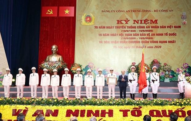 越南政府总理阮春福出席人民公安传统日75周年纪念典礼 hinh anh 2