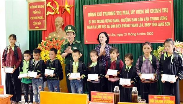 越共中央民运部部长张氏梅视察谅山省边防部队 hinh anh 2