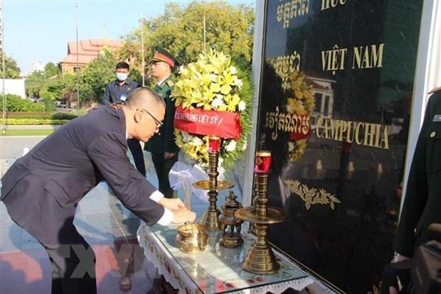 越南国庆75周年:越南驻柬埔寨大使馆代表团前往越柬友谊纪念碑敬献花圈 hinh anh 2