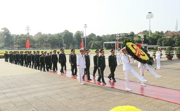 越南国庆75周年:党和国家领导入陵瞻仰胡志明主席遗容 hinh anh 2
