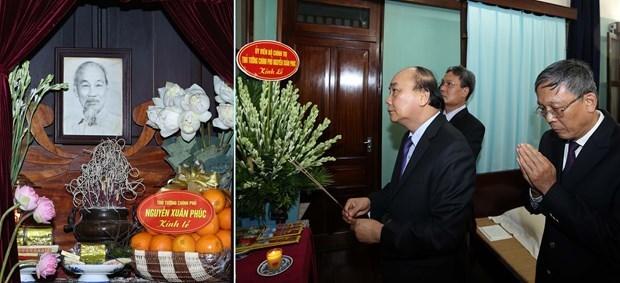 越南政府总理阮春福向胡志明主席敬香 hinh anh 1