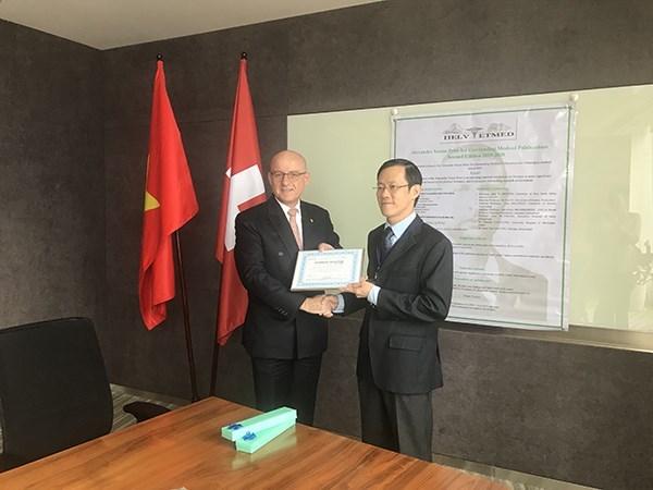 越南3名科学家荣获亚历山大·耶尔森奖 hinh anh 1