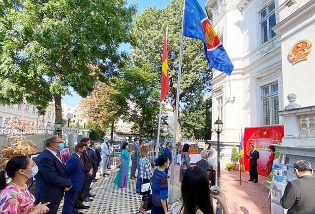 越南风土人情图片展在罗马尼亚举行 hinh anh 1