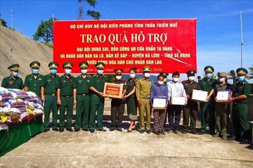 承天顺化省向老挝边境地区武装力量和人民赠送食物和医疗物资 hinh anh 1