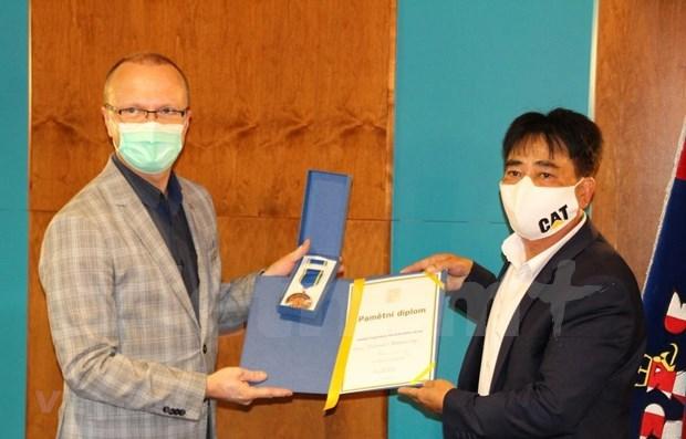 捷克帕尔杜比采州对越南人社群为当地新冠肺炎疫情防控工作所作出的贡献给予高度评价 hinh anh 1