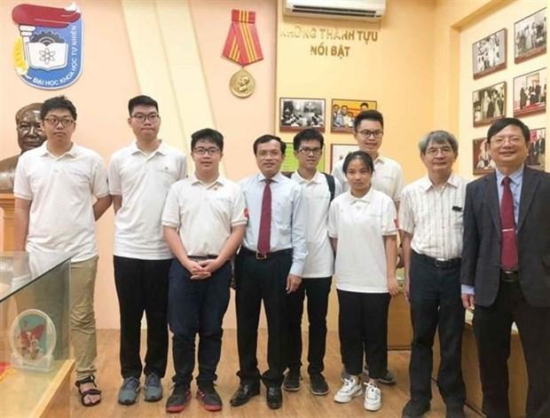 参加越南国际数学奥林匹克竞赛的六名越南学生均获奖 hinh anh 1