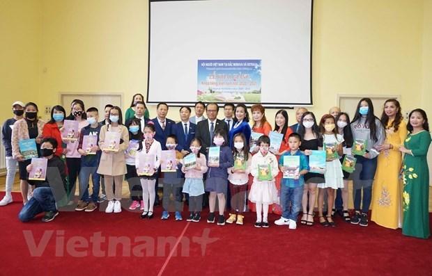 旅居捷克越南人在疫情中维持越南语教学活动 hinh anh 1