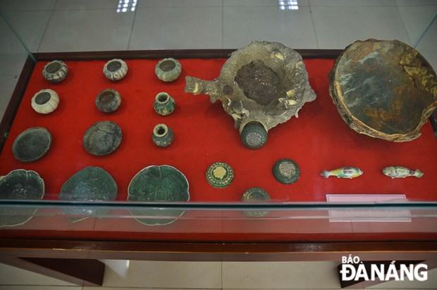 岘港博物馆举行海底沉船中陶瓷器系列展 hinh anh 1