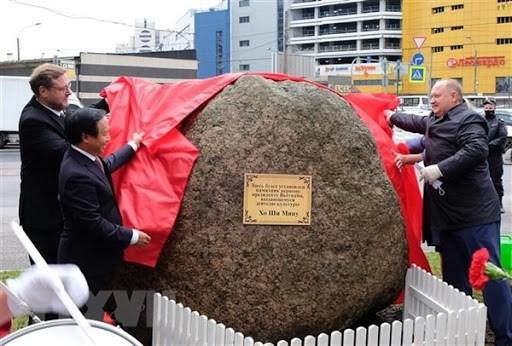 越南与俄罗斯配合在圣彼得堡市竖立胡志明主席雕像 hinh anh 1