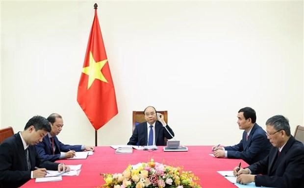 越南政府总理阮春福与日本首相菅义伟通电话 hinh anh 2