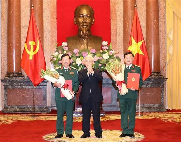 阮富仲总书记向中将晋升上将军衔的军官颁发命令状 hinh anh 1