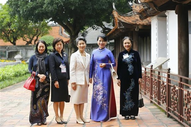 日本首相菅义伟夫人参观文庙国子监和越南妇女博物馆 hinh anh 1