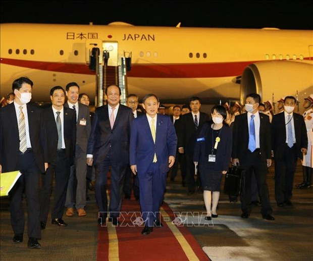 日本首相与夫人开始对越南进行正式访问 hinh anh 1