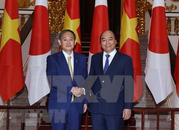 越南政府总理阮春福与日本首相菅义伟举行会谈 hinh anh 1
