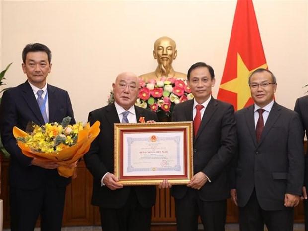 越南向日本首相特别顾问授予越南友谊勋章 hinh anh 1