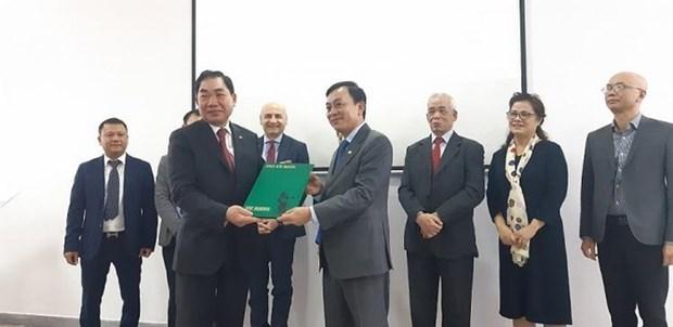 意大利—越南友好协会赠送有关胡志明主席的两本意大利语书籍 hinh anh 1