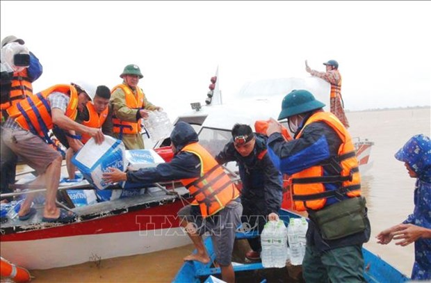 向越南中部地区受灾民众赠送救灾物资 hinh anh 1