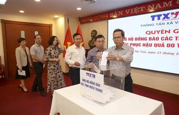 向越南中部地区受灾民众赠送救灾物资 hinh anh 2