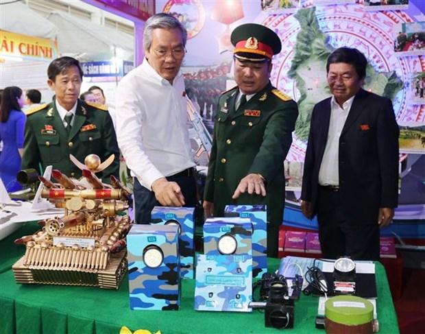 迎接越共十三大:宁顺省经济社会发展成就展举行 hinh anh 2