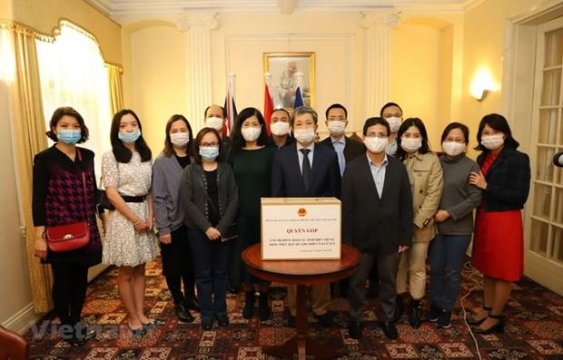 旅居英国的越南人继续为中部地区灾民开展捐款活动 hinh anh 1