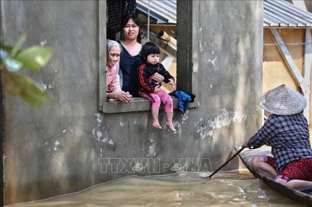 旅居乌克兰越南人捐助越南中部各省灾民 hinh anh 1