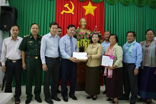 柬埔寨副首相为中部地区灾民提供捐款 用于开展灾后重建工作 hinh anh 1